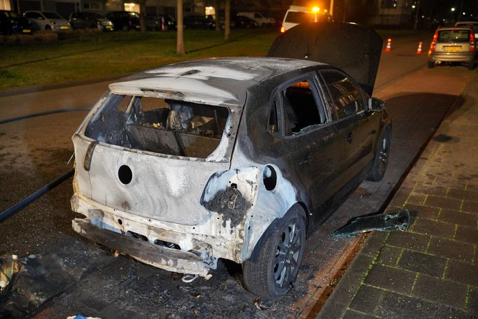 De achterkant van de wagen brandde volledig uit.