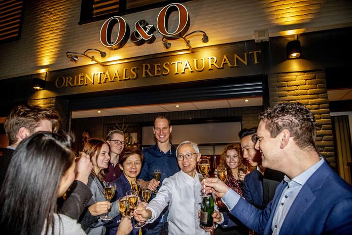 Helena en Danny Tsang van restaurant O&O vieren met hun medewerkers dat ze een Michelinster hebben binnengesleept.