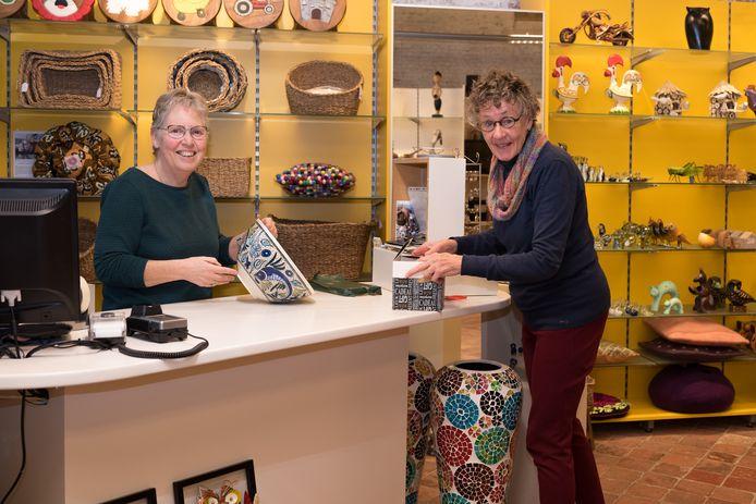 Vrijwilligsters Wietske Enninga (links) en Cockie Jongenelen bij de kassa die sinds kort richting de ingang van de Wereldwinkel is verplaatst.