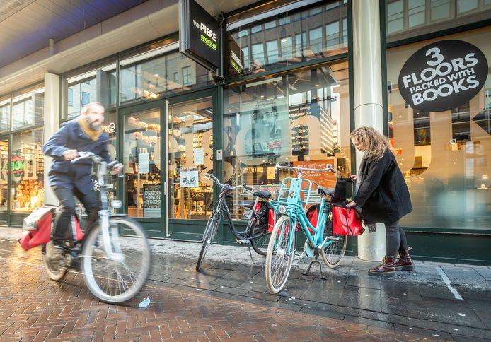 Enkele boekverkopers alias fietskoeriers van Van Piere in Eindhoven.