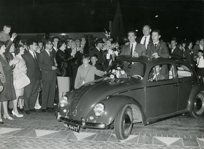 1963: Feest in Valkenswaard omdat De Valk de landstitel bij de amateurs heeft gehaald.