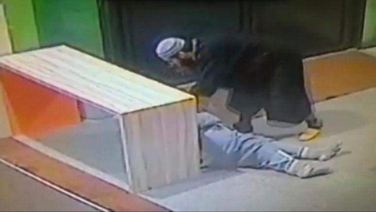 Op het filmpje is te zien hoe de aanvaller met geheven vinger de muaddin toespreekt. Beeld Screenshot Facebook