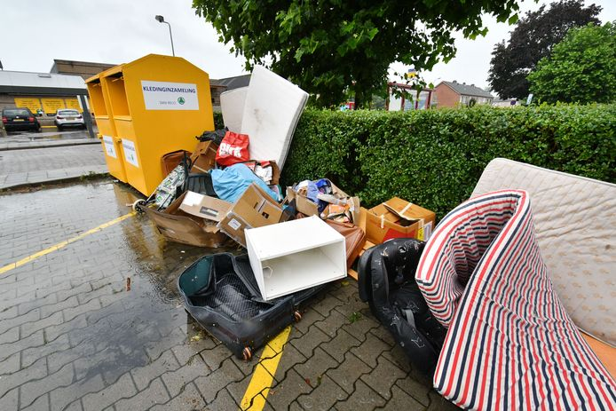 Het milieueiland en de kledingcontainers nabij de Jumbo in Goor zijn notoire dumpplekken in Goor.