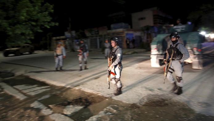 Afghaanse politieagenten buiten het Park Palace hotel in Kabul.