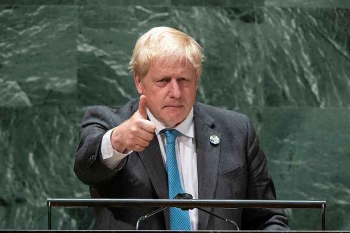 De Britse premier Johnson steekt zijn duim op nadat hij de Algemene Vergadering van de VN heeft toegesproken.