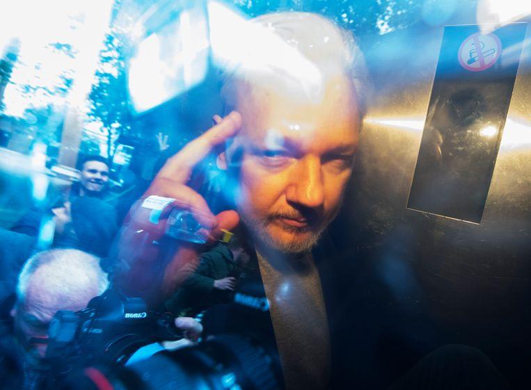 Assange verlaat de rechtbank in Londen. Beeld EPA