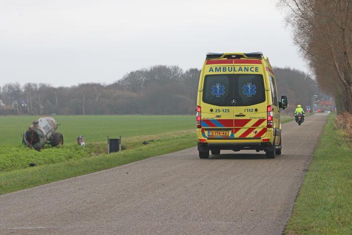 De gewonde wordt per ambulance naar het ziekenhuis gebracht.