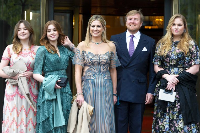 Koningin Máxima komt woensdag samen met haar gezin aan bij Koninklijk Theater Carré in Amsterdam. Van links naar rechts: prinses Ariane, prinses Alexia, koningin Máxima, koning Willem-Alexander en prinses Amalia.  Beeld ANP