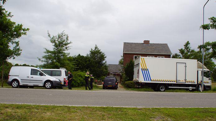 De politie aan het werk bij de woning, die voor de komende drie maanden is afgesloten nadat een hennepkwekerij was aangetroffen.