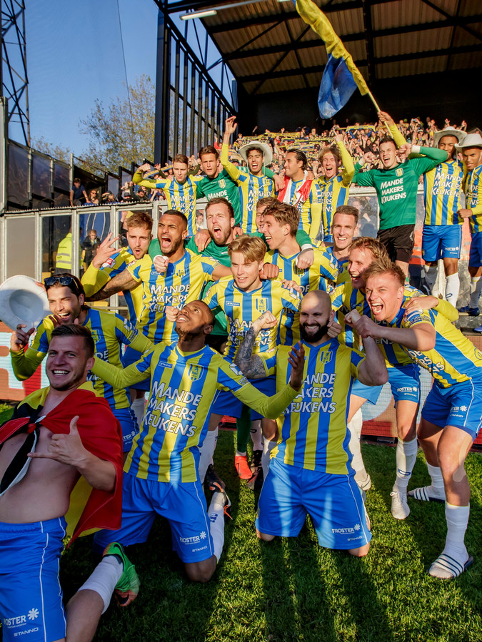 De spelers van RKC vieren samen met de meegereisde fans de promotie naar de eredivisie na een knotsgekke wedstrijd tegen Go Ahead Eagles (5-4).