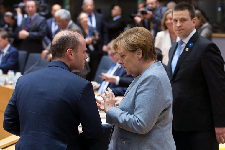German Chancellor Angela Merkel (C) and Maltas Prime Minister Joseph Muscat (L) chat at the start of a special European Summit in Brussels, Belgium, 29 April 2017. Beeld afp