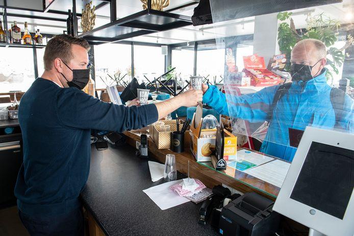 DRIMMELEN, Pix4Profs-Ron Magielse Veel horecaondernemers serveren coffee to go als enige mogelijkheid om de gasten nog iets te serveren, zoals bij de Sloep bij de jachthaven in Drimmelen.