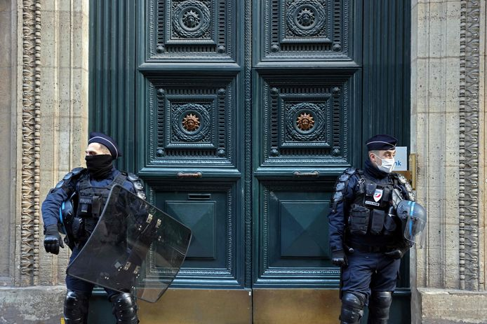 Politie voor de deur van het Palais Vivienne in Parijs. Journalisten filmden er met een verborgen camera een illegaal feestje voor de rijkere klasse en brachten de beelden eerder deze maand naar buiten.