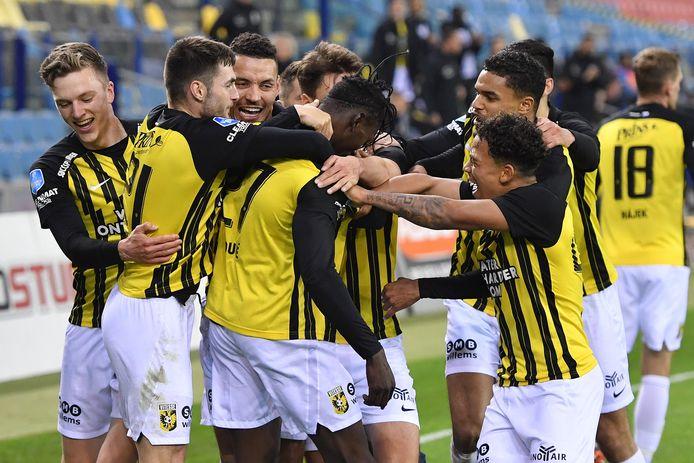 Idrissa Toure is het middelpunt van de feestvreugde bij Vitesse.