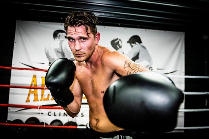 Julius Humme laat het kickboksen achter zich en richt zich op het boksen.