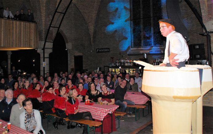 Zittingsavond Oostelbeers, Jos van Gestel bespeelt zijn publiek als Tjeuke.