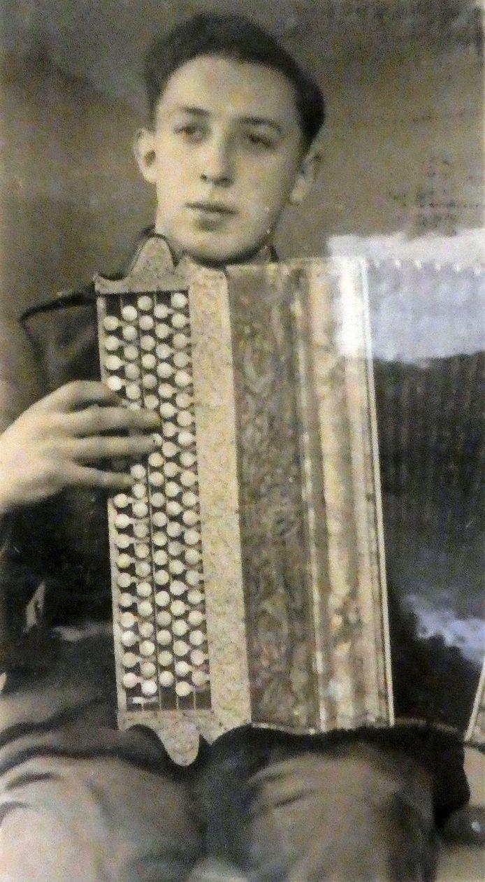 Maurice Baeté, decennialang accordeonist en bezieler van de Kovekenskermis op de Heirbrug na de Tweede Wereldoorlog.