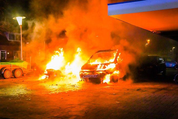 Op de hoek van de Johannes Buijslaan met de Van Vollenhovestraat gingen zaterdagnacht twee auto's in vlammen op.