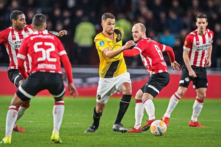 NAC-spits Mitchell te Vrede probeert in balbezit te blijven omringd door PSV'ers waaronder Jorrit Hendrix en Pablo Rosario. Beeld null