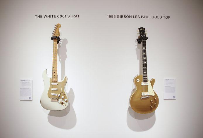 "De witte ""#0001"" Fender Stratocaster en de  Gibson Les Paul uit 1955."