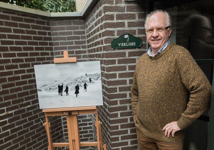 Eddy Verloes naast één van de foto's uit de reeks 'Losing our minds'.