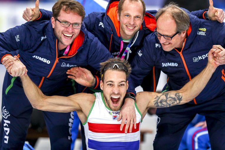 Kjeld Nuis viert het winnen van de wereldtitel op de 1500 meter met coach Jac Orie (rechts) en zijn team de tijdens het WK Afstanden. Beeld ANP