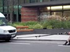 En panne d'essence, elle tire sa camionnette avec ses cheveux