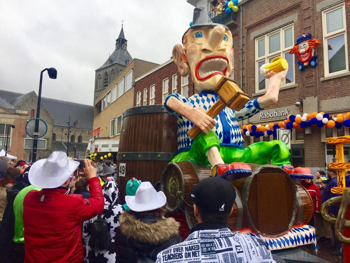 De bouwers van praalwagens moeten de volumeknop in de gaten houden bij de komende Grote Twentse Carnavalsoptocht in Oldenzaal.