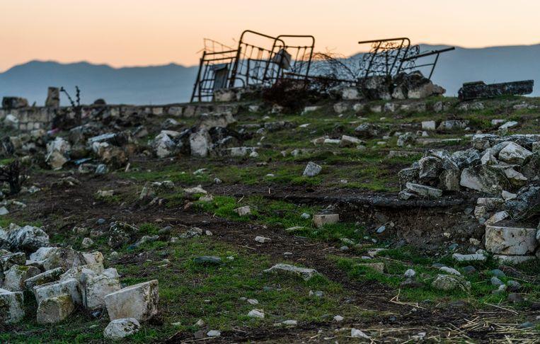 Een restant van de tribune. Op de plek waar vroeger het stadion stond van FK Karabag is nog weinig te zien van de voetbaltempel van de ooit in Nagorno-Karabach gevestigde club.  Beeld Freek van den Bergh / de Volkskrant