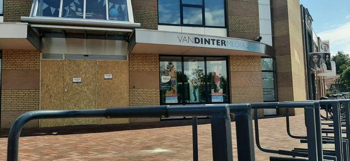 De deuren van boekhandel Van Dinter Media zijn dichtgetimmerd.