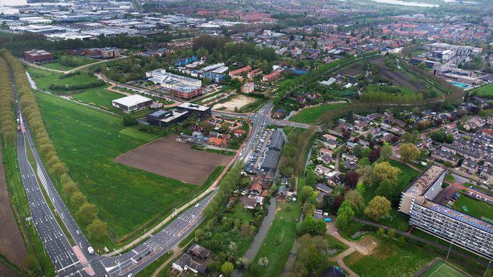 De Driehoek tussen de Rijksstraatweg en de provinciale weg in Culemborg, met rechts de zeshoog flats in Terweijde.