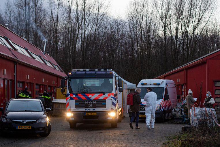 In een garagebox op bedrijventerrein de Heining zijn twee lichamen gevonden.  Beeld Maarten Brante