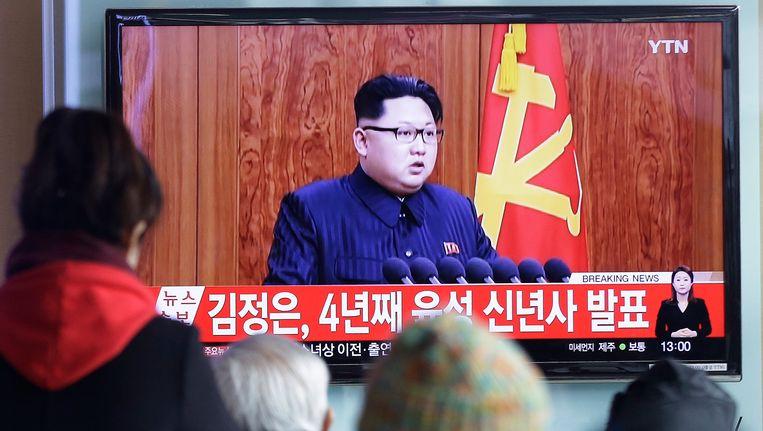 Noord-Koreanen kijken naar de nieuwjaarsboodschap van de Leider waarin Jong-un oproept tot vrede en dialoog met de aartsvijand.