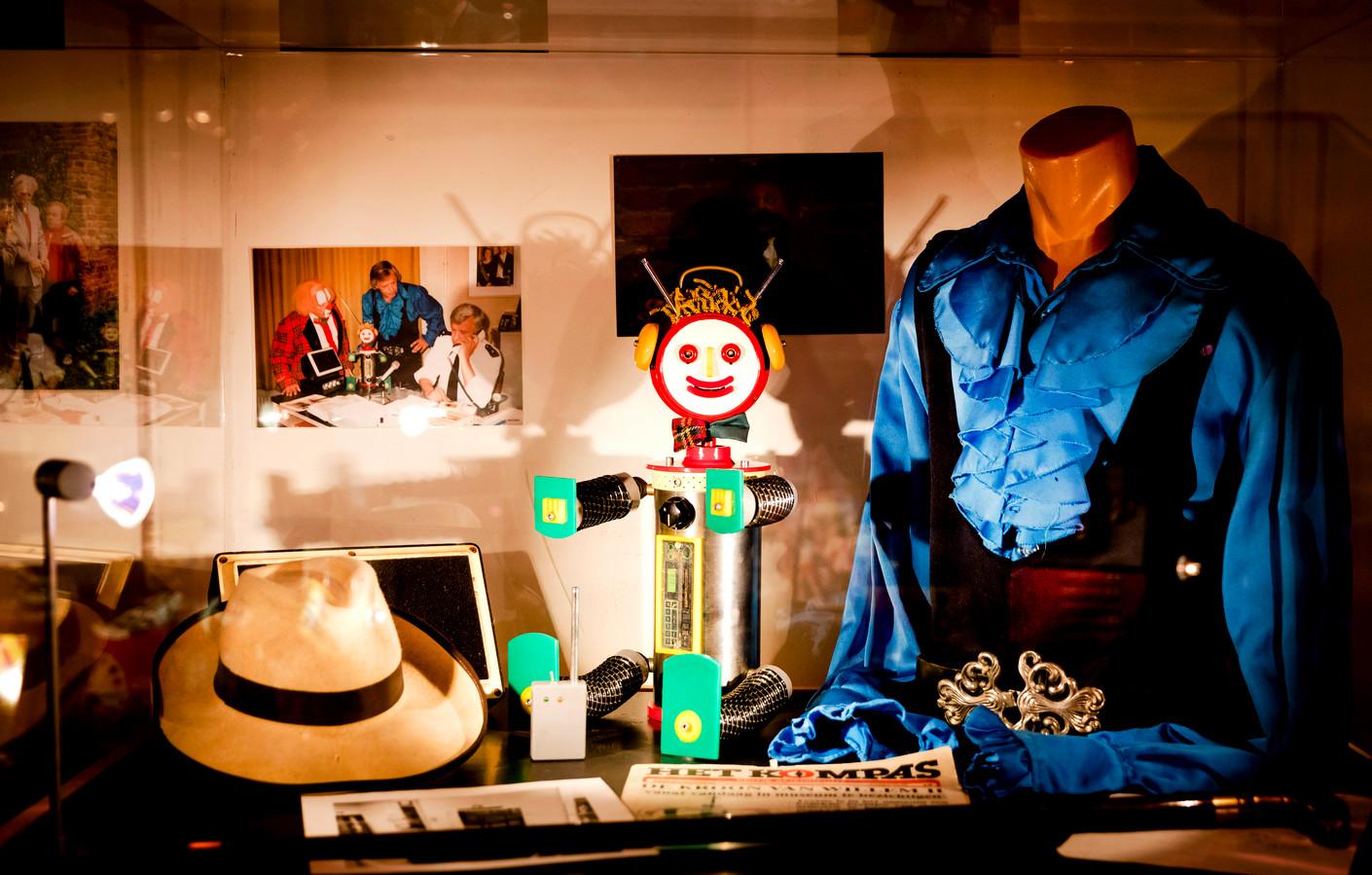 Voorwerpen op de tentoonstelling met in het midden robot Robin.