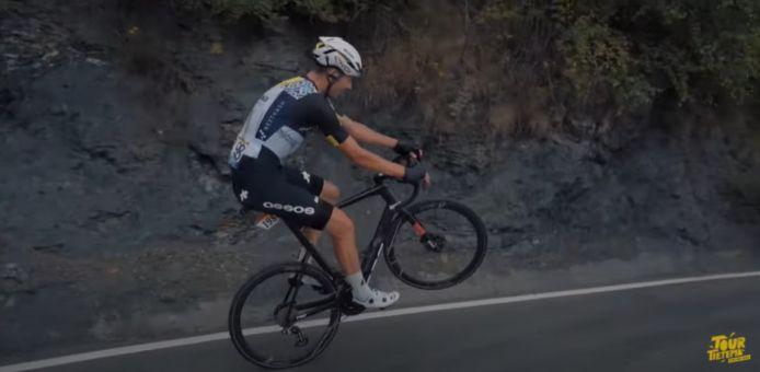 Max Walscheid reed op de Col de Beixalis maar liest 174 meter op één wiel