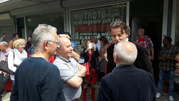 Minister Koenders ging in gesprek met bewoners van Boschveld.