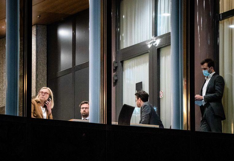 Sigrid Kaag, Sjoerd Sjoerdsma en Rob Jetten (D66) overleggen tijdens een schorsing van het debat in de Tweede Kamer  over de mislukte formatieverkenning. Beeld ANP