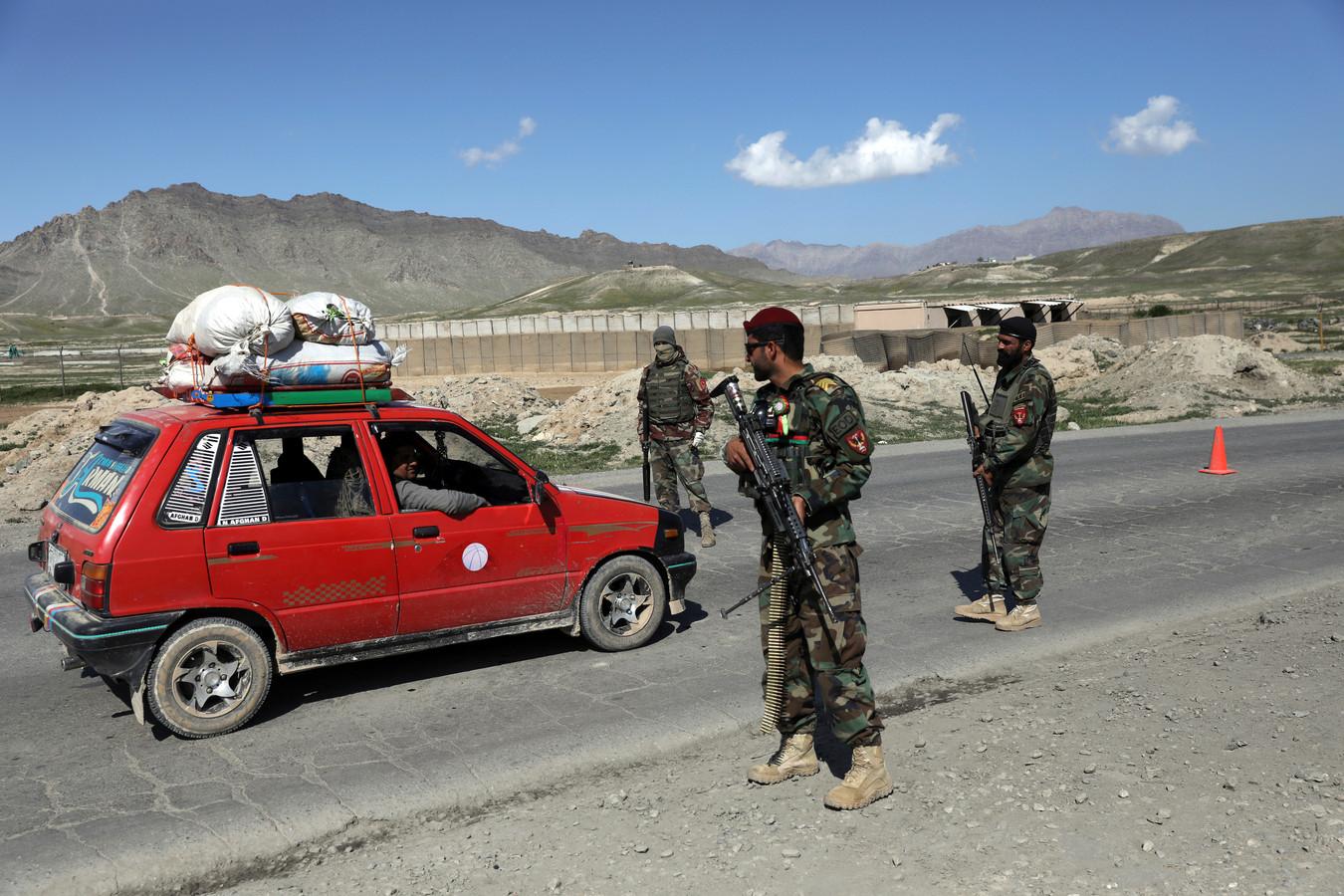 Afghaanse soldaten bewaken een controlepost in de buurt van Kaboel.