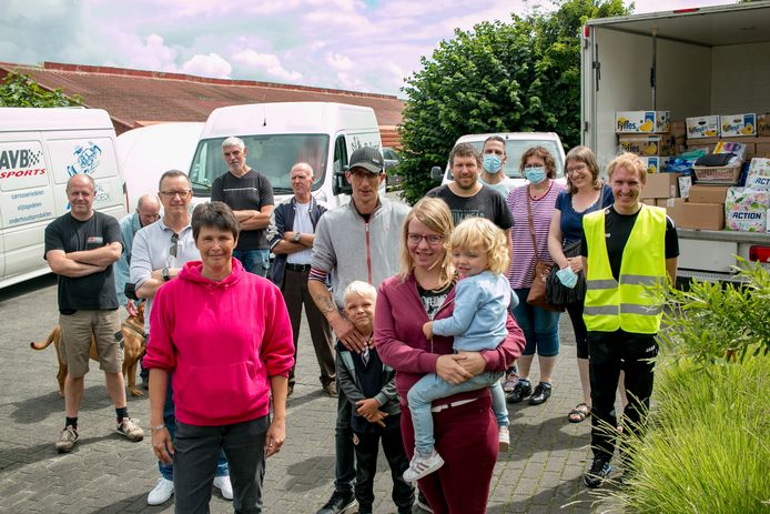 De groep uit Stekene en Sint-Gillis-Waas die zich inzet voor de steunacties aan Wallonië, met vooraan Nancy Dullaert en Shauni Velter.