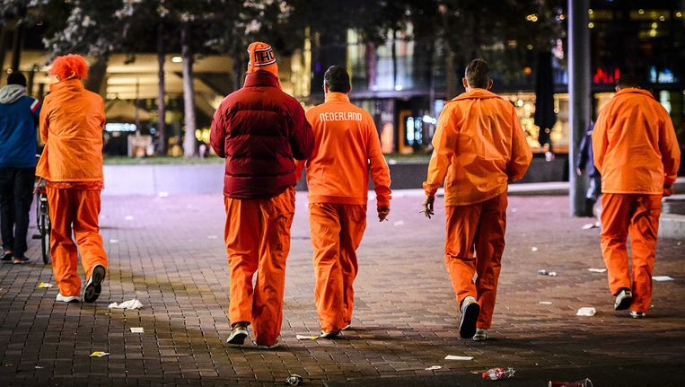 Oranjesupporters na de wedstrijd Nederland - Tsjechië Beeld anp