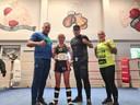 Roxanne toont trots de belt die bij de Nederlandse WMTA titel hoort. (links haar vader Koos. Rechts coach Wesley en trainer Pamela).