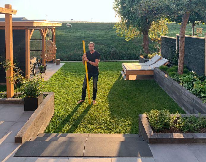 Arjen Kapel met de waterpas die goed van pas kwam bij het aanleggen van de tuin.