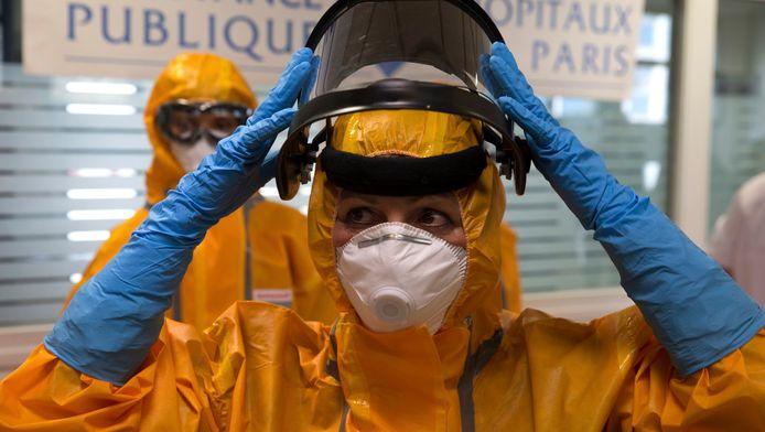 In het Neckerziekenhuis in Parijs werden de ebola-beschermpakken in oktober vorig jaar aan de pers getoond.