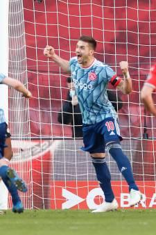 Ajax morele winnaar na late strafschop in dramatische topper tegen PSV