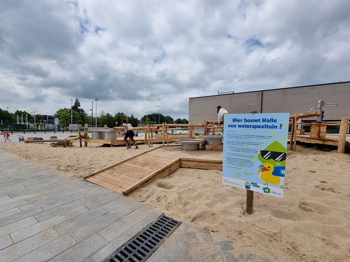Kinderen kunnen al ravotten in de nieuwe waterspeeltuin in Halle.