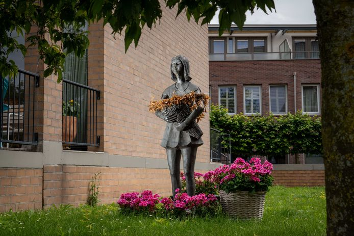 Het Bloemenmeisje aan het Raadhuisplein in Huissen.