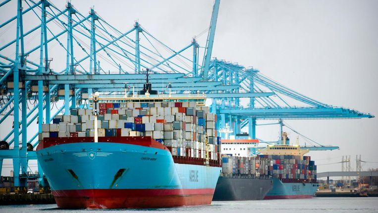 Een vrachtschip van Maersk in de haven van Rotterdam Beeld null