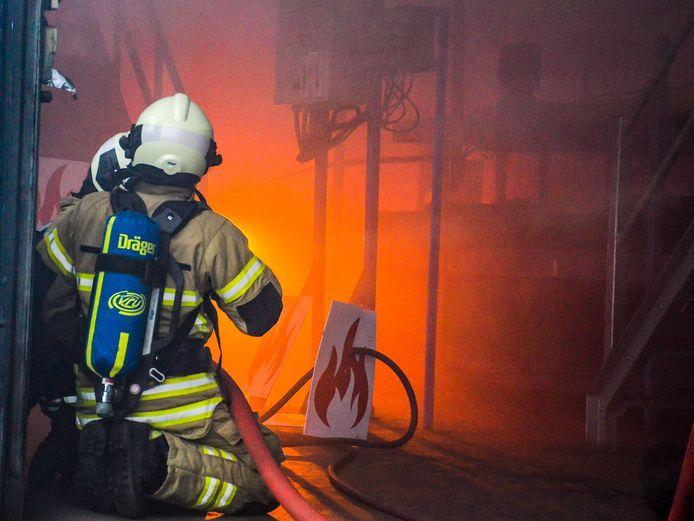 De brandweer oefent in Vianen waar met een rookmachine brand werd nagebootst.