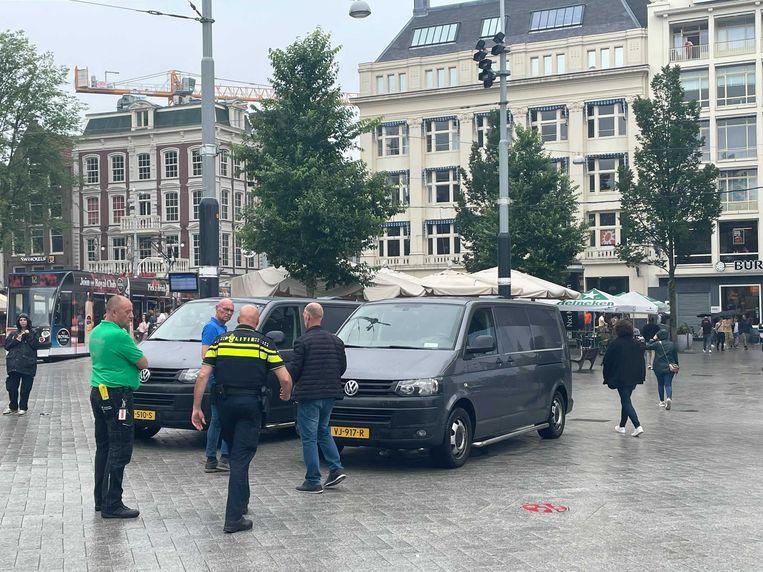 Voor de studio van RTL Boulevard staan twee bussen van de politie. Beeld Het Parool