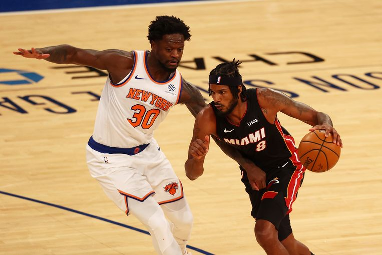 Julius Randle van de New York Knicks verdedigt op Miami Heat-speler Trevor Ariza in de NBA. Beeld AP